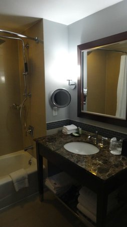 The Westin Jersey City Newport: Very nice bathroom area