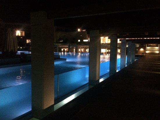 Avra Imperial Beach Resort & Spa: Scorcio notturno della piscina