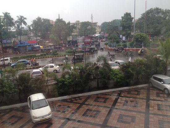 Hotel Chanakya : View from window. Get to listen to car horns all night long.