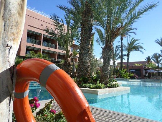 Hotel Du Golf : Территория бассейна обширна