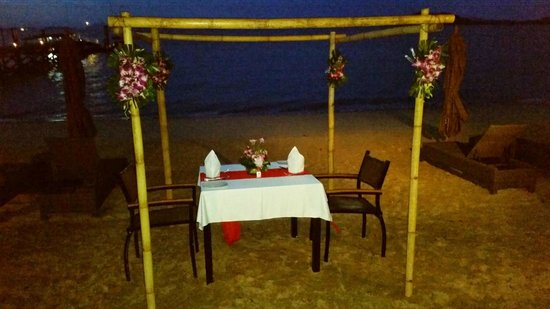 The Village Coconut Island Beach Resort: Our private dinner on the beach