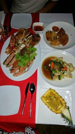 The Village Coconut Island Beach Resort: Our dinner on the beach food