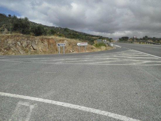 Monumento Natural Mina La Jayona: Cruce a la mina en Fuente del Arco