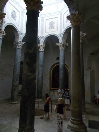 Cathedrale St. Sauveur: Колонны внутри собора