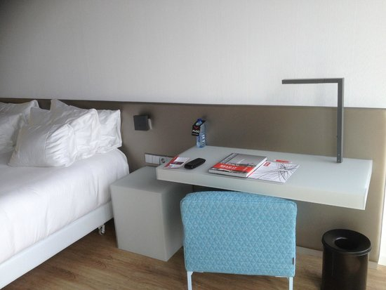 nhow Rotterdam : Light switches, power and bedside table (and desk) an easier reach than in some new hotels
