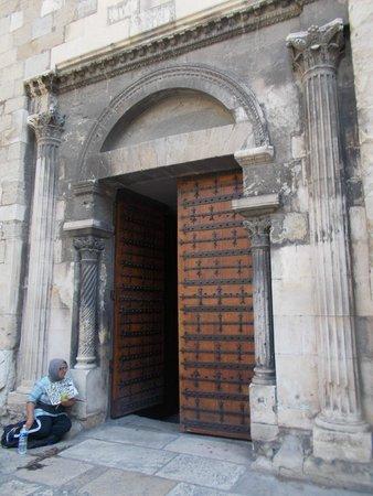Cathedrale St. Sauveur: Входная дверь в собор