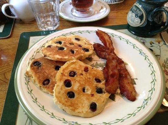Alpine Haus Bed and Breakfast Inn: yummy blueberry pancakes and bacon