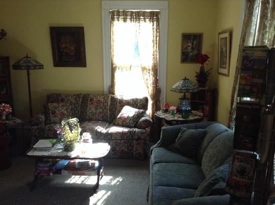Alpine Haus Bed and Breakfast Inn: living room area