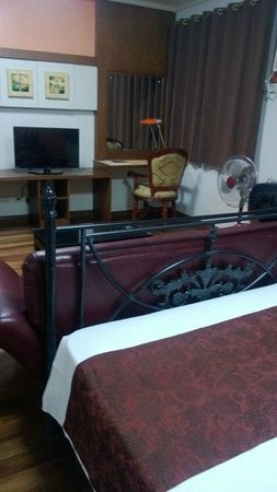 1775 Adriatico Suites: Spacious room with study table and sofa