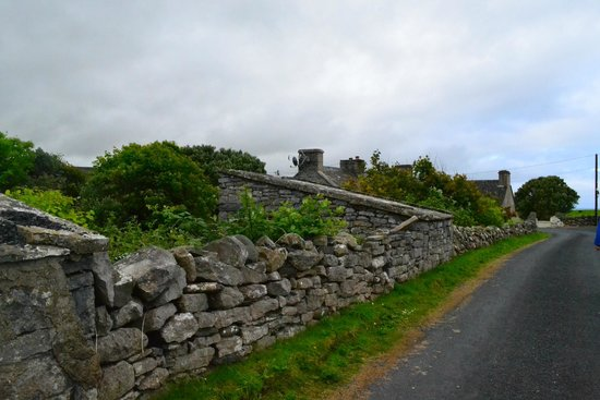 Twin Peaks B&B: Stone walls and outbuildings from ancient farms line the road to Doolin town.