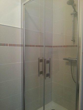 Hotel de la Gare : Cabine de douche fermant bien