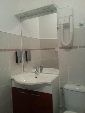 Hotel de la Gare : Salle de bains fonctionnelle et claire