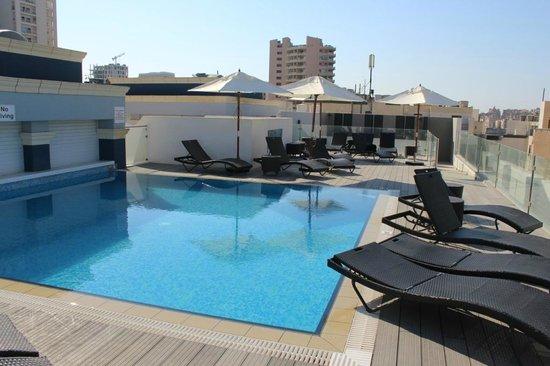 Rocca Nettuno suites: piscine sur le toit