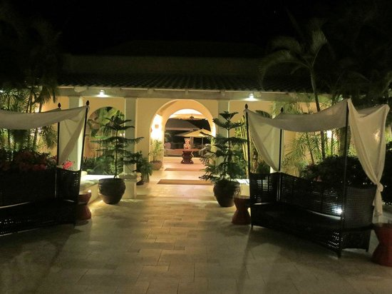 Spice Island Beach Resort: Courtyard at night