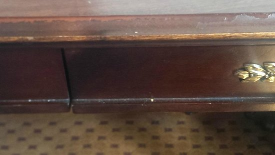 Drury Plaza Hotel St. Louis at the Arch: Dirty desk