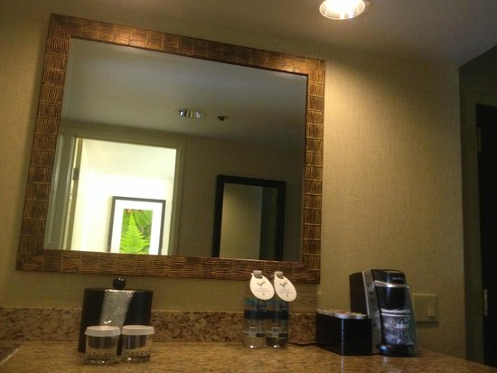 Embassy Suites by Hilton Charlotte: Wet Bar with Keurig System