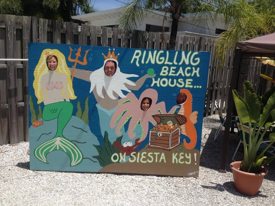 The Ringling Beach House - A Siesta Key Suites Property : Funny sign at hotel pool