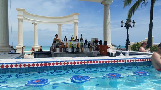 Sandals Royal Bahamian Spa Resort & Offshore Island: windsor pool swim up bar