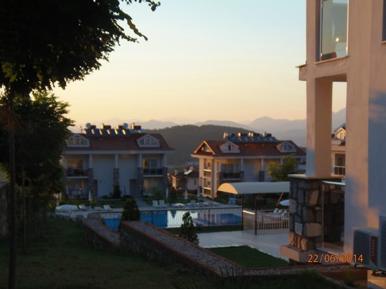 Orka Club Hotel & Villas: night view jus about to get in the shuttle