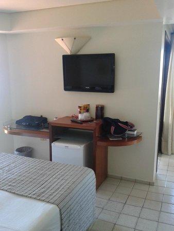 Rifoles Praia Hotel & Resort : Frigo bar e escrivaninha