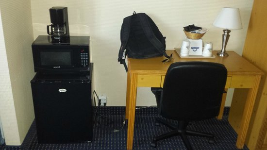 Days Inn Flagstaff I-40: Odd set up for fridge, microwave and coffee maker