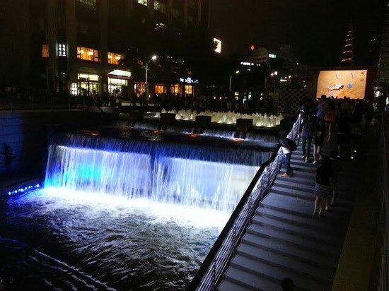 Cheonggyecheon: ライトアップ綺麗です