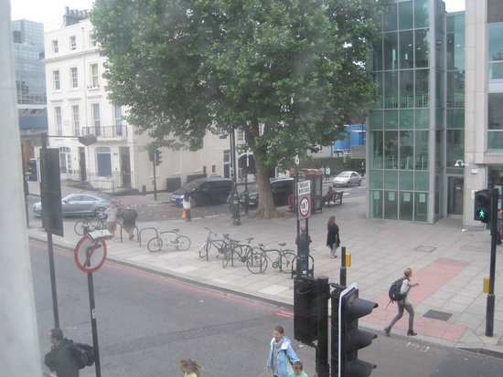Comfort Inn London - Victoria: View from our 1st floor, street-side room. (First floor in Europe is what the US considers 2nd.)