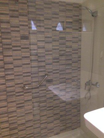 Kn Columbus Aparthotel: Walk in power shower