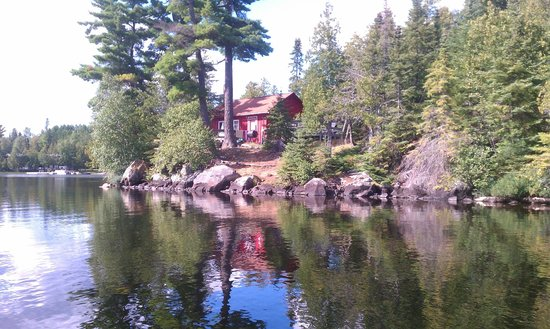Nor'Wester Lodge and Canoe Outfitters : Towering Pines cabin view from lake