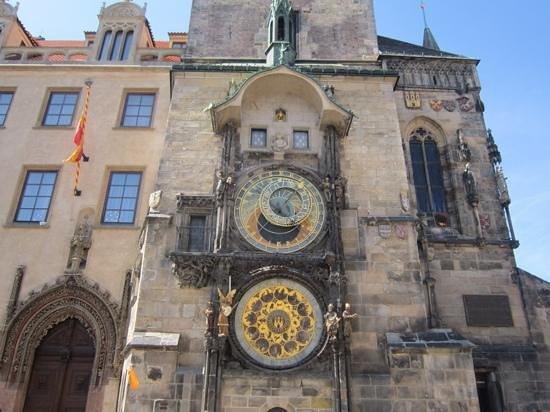 Hôtel de ville de la Vieille ville et l'horloge astronomique : See the skeleton? Top right of the top clock