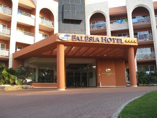 Falesia Hotel: Front of hotel
