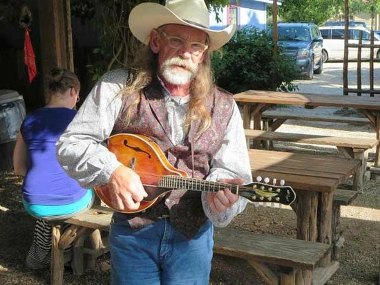 Dixie Dude Ranch : Entertained at the BBQ