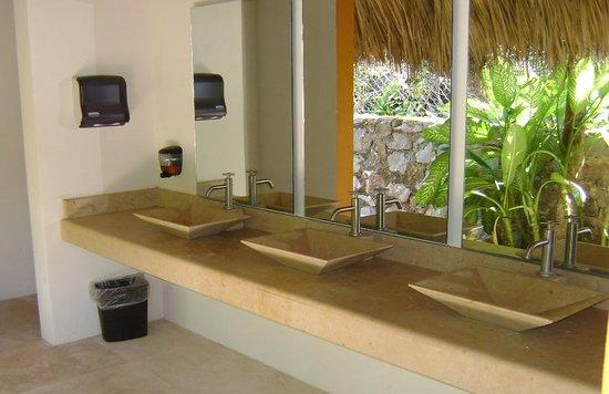 Ixzi Plus Hotel: Lavabos alberca