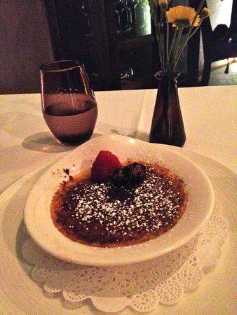 Restaurante Di Vino: Creme brûlée with berries