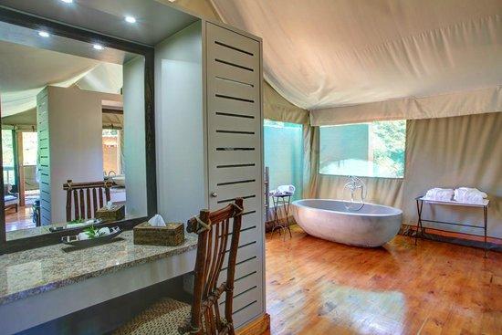 Botlierskop Private Game Reserve: Deluxe Tented Suite en-suite bathroom