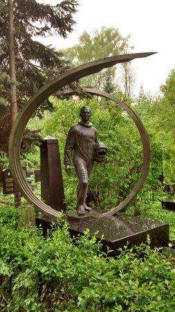 Novodevichy (New Maiden) Convent and Cemetery: Túmulo de um cosmonauta no Cemitério de Novodevichy.