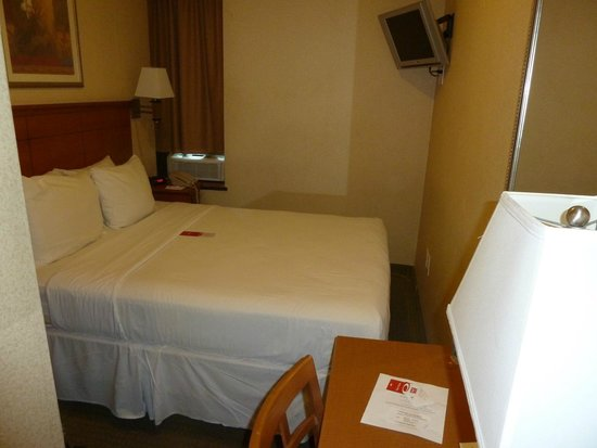 Econo Lodge Times Square: 1 Queen Bed Room