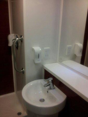 Travelodge Portishead: Bathroom