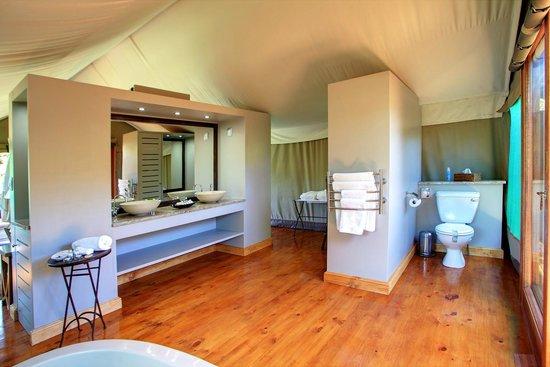 Botlierskop Private Game Reserve: Deluxe tented suite bathroom