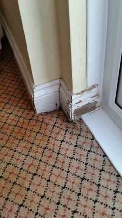 Hilton Brighton Metropole: Skirting in room with no paint