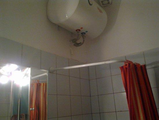 Porto Vlastos Studios & Apartments: Boiler above shower