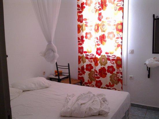 Porto Vlastos Studios & Apartments: Door-window overlooking a wall-no view