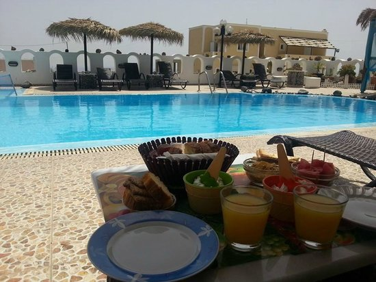 Pension Livadaros: pool area and breakfast