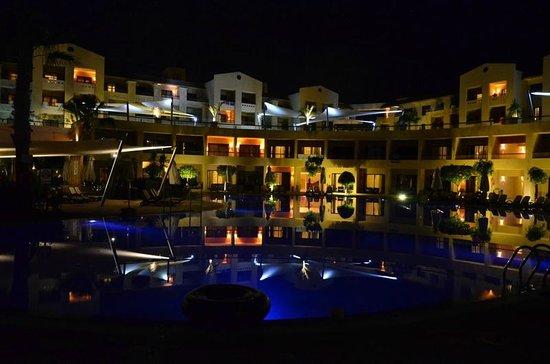 Coral Sea Aqua Club Resort: Nocny widok basenu i pokoi hotelowych