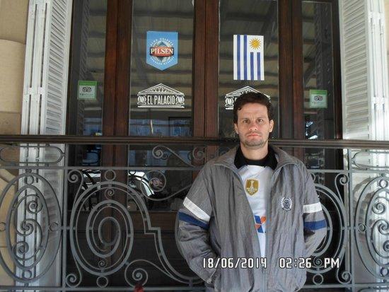 David na frente do El Palacio.