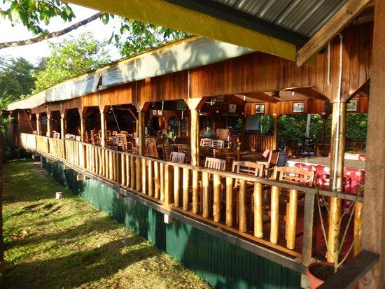 Bilit Adventure Lodge: Restaurant met uitzicht op de rivier