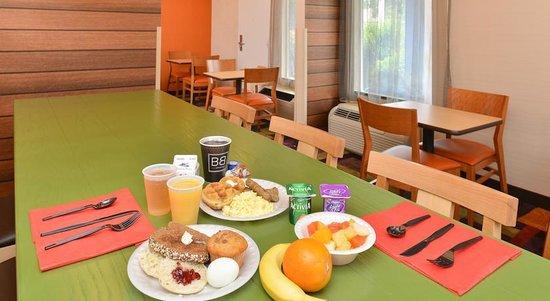 Baymont Inn & Suites Savannah Midtown: Super Hot Breakfast