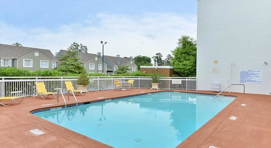Baymont Inn & Suites Savannah Midtown: Outdoor Pool