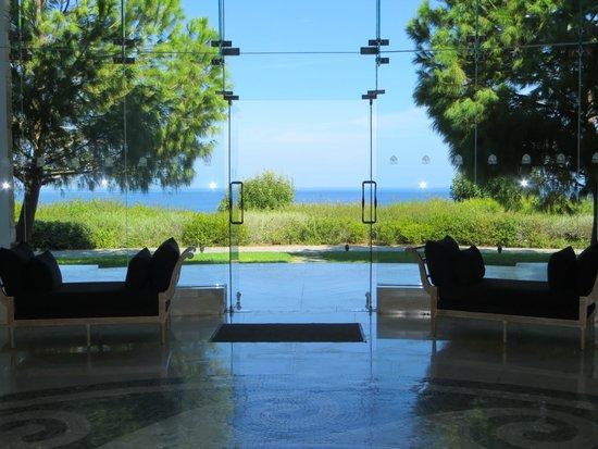 Anassa Hotel: Blick von dem Foyer vor den Restaurants auf das Meer