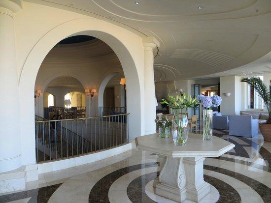 Anassa Hotel: Treppenhaus vor der Bar